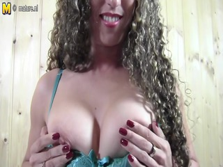 dilettante mom playing with her twat in sauna