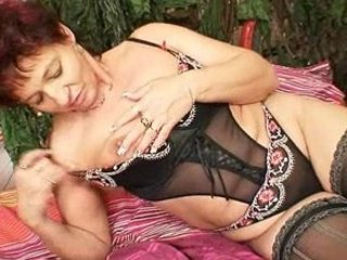older amateur mom squeezing her cunt muscles