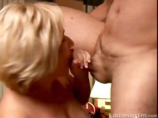 hawt cougar t live without to give a sloppy rimjob