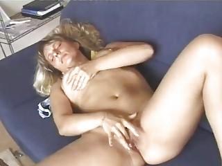 hawt aged blonde diddles herself