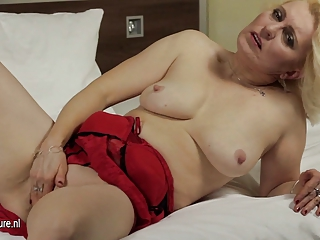 dilettante older mother jerk off on her bed