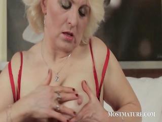 older blondie finger bonks lusty snatch