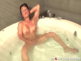 latina d like to fuck squirts in bathtub